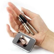 Варианты подарков: минирамка-брелок, посудомойка и мобильник